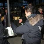 Grüne verteilen heißen Tee an frierende und wartende S-BahnkundInnen